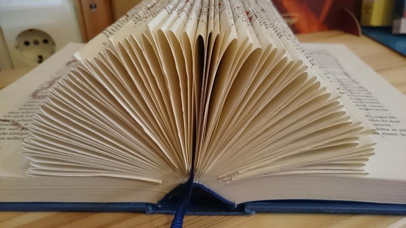 Aufgeschlagenes Buch mit umgeknickten Seiten