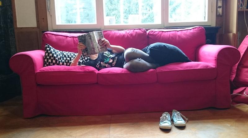 Schülerin, die in der Bücherwelt ein Buch liest