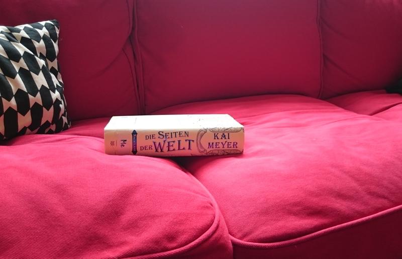 Auf einem Sofa liegendes Buch