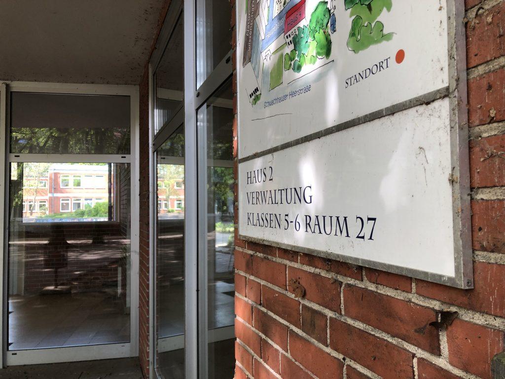 Nahaufnahme eines Wegweisers von Haus 2; Verwaltung Klassen 5-6 in Raum 27