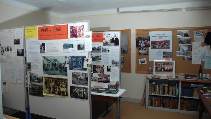 Ausstellung mit Fotos und Texten zur Schulgeschichte